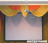 Проекционный экран Classic Lyra в актовом зале школы в Строгино