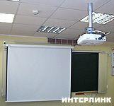 Проекционный экран Projecta SlimScreen в школьном кабинете