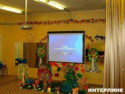Мультимедийный проектор Hitachiв актовом зале детского сада