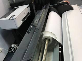 Установленный рулон в плоттер Epson_SureColor T5400