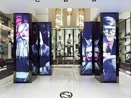 4 видеостены в торговом зале на колоннах из 3 вертикальных панелей